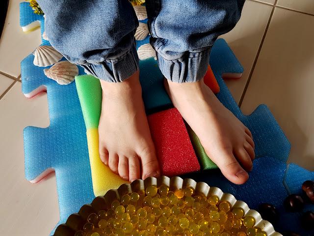 domowa ścieżka sensoryczna DIY - integracja  sensoryczna - SI - zaburzena integracji sensorycznej - zabaw sensoryczne - jak rozwijać motorykę dużą u dziecka - zmysł równowagi - wyobraźnia dotykowa