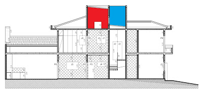 Nesta seção longitudinal do projeto, a região destacada em vermelho identifica o espaço coberto para a caixa de água, com altura suficiente para receber o sistema de aquecimento solar. Já a área em azul, sobre as telhas rebaixadas, é destinada para instalação da central do ar condicionado, preservando as fachadas do imóvel.