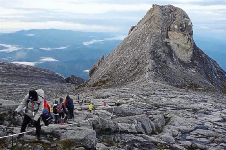 Netizen Kecoh Kemunculan Imej 'Wajah' Di Gunung Kinabalu