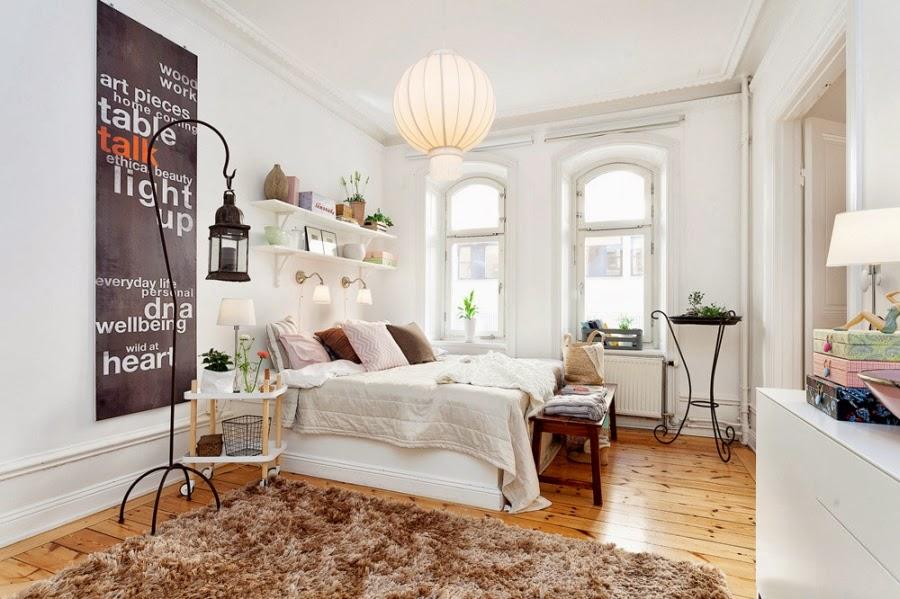 Cudowne, białe mieszkanko z pastelowymi i szarymi dodatkami, wystrój wnętrz, wnętrza, urządzanie domu, dekoracje wnętrz, aranżacja wnętrz, inspiracje wnętrz,interior design , dom i wnętrze, aranżacja mieszkania, modne wnętrza, białe wnętrza, styl skandynawski, scandinavian style, sypialnia, półki, łóżko, narzuta, lampion, dywan, dywanik, stolik