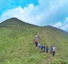 http://www.teluklove.com/2016/12/pesona-keindahan-wisata-bukit-pawuluhan.html