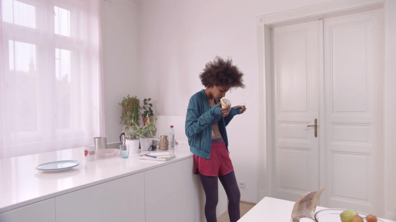 Benetton 'Dilemma' Pubblicità con ragazza di colore e dolce che cade a terra
