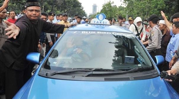 polisi amankan aksi demo taksi dan bajaj