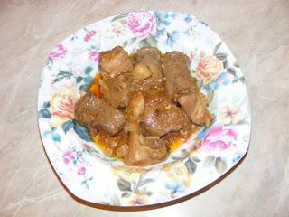 tochitura de porc cu carnati, retete de mancare, mancaruri cu carne, retete traditionale romanesti, retete cu porc, preparate din porc, retete carne si carnati prajiti la tigaie,