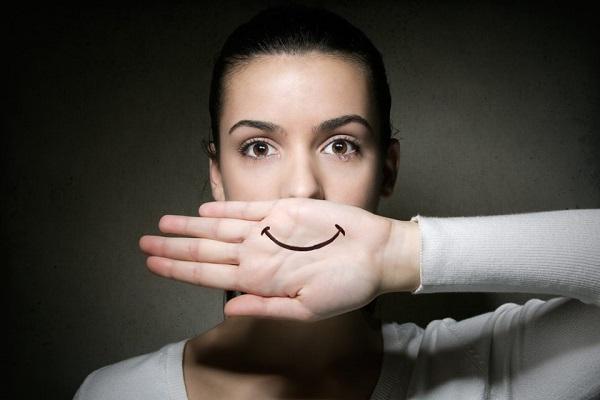 Θα προσποιηθείς πολλά χαμόγελα μέχρι να ξαναβρείς το αληθινό