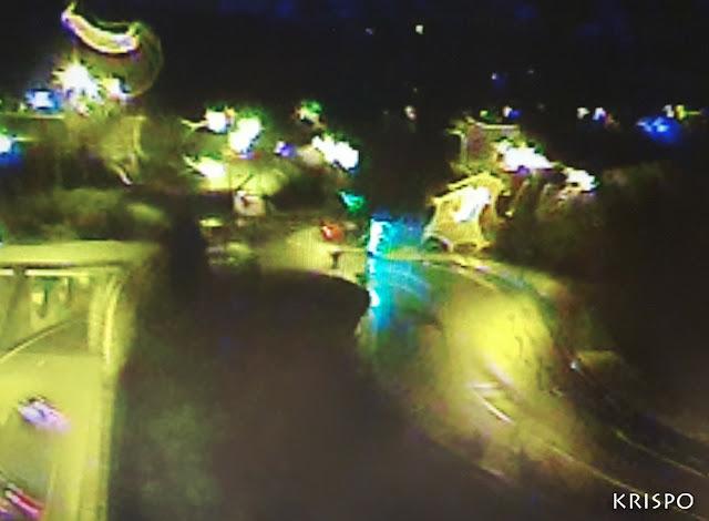 luces y vehículos en una carretera de noche