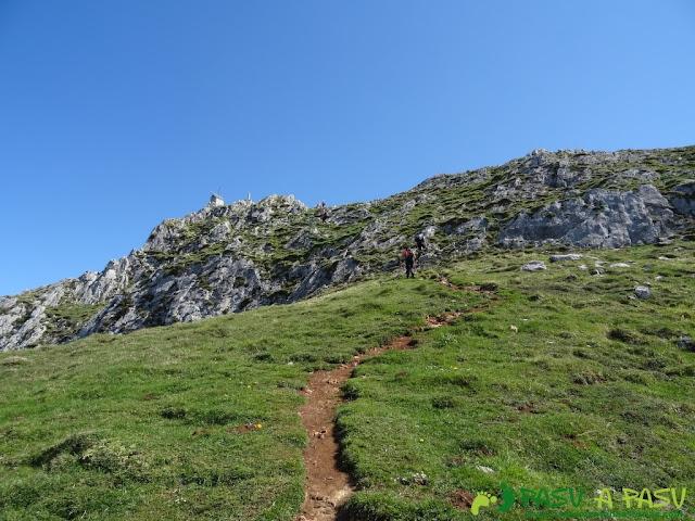 Llegando a la cima de Peña Mea desde Pelúgano
