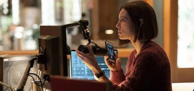 A jornalista Lia Haddock (Jessica Biel) apresenta um podcast sobre pessoas desaparecidas