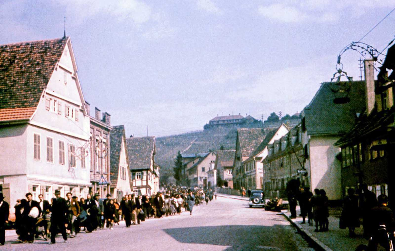 Los sinti marchan por la calle en Asperg en su camino a la prisión de Hohenasperg antes de su deportación a los campamentos en Polonia. 22 de mayo de 1940.