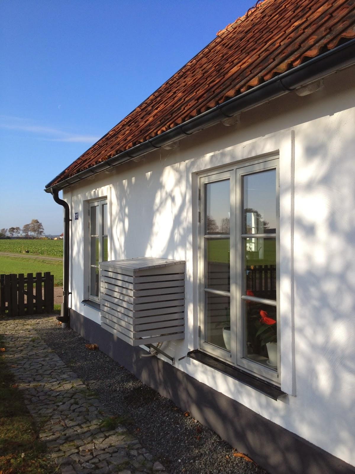 grå ytterdörr med runt fönster