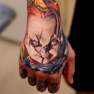Tatuaje de Chucky en la mano