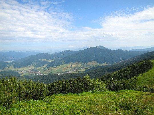Wieś Liptovská Lúžna. Pod drugiej stronie doliny mamy wzniesienie Tlstá (1555 m n.p.m.).