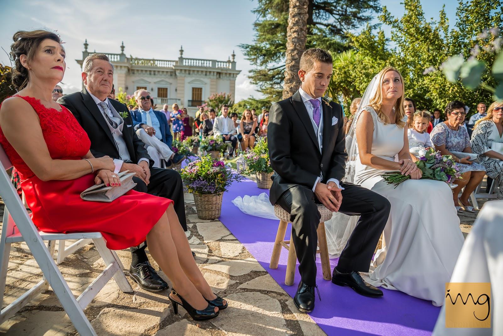 Fotografía de los novios sentados en la ceremonia