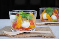 Vasitos de tomates y mozzarella al pesto