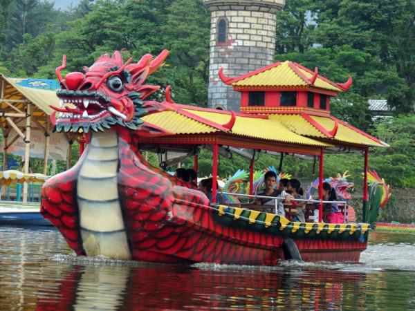 Menyusuri danau dengan perahu naga bermotor Taman Wisata Matahari Bogor