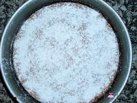 Añadiendo azúcar glass al bizcocho