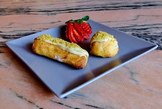 strawberry-eclairs, eclairs-de-fresa-y-pistachos