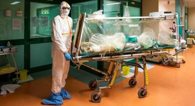 Itália já prevê deixar pacientes de covid-19 com mais de 80 morrerem