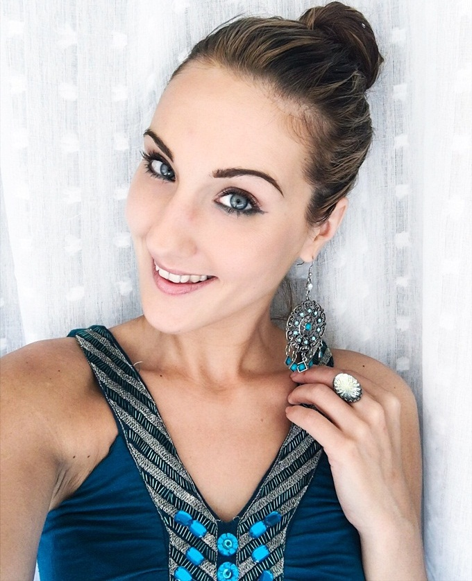 Jelena Zivanovic Instagram.Teal blue-green makeup looks for blue-green eyes.