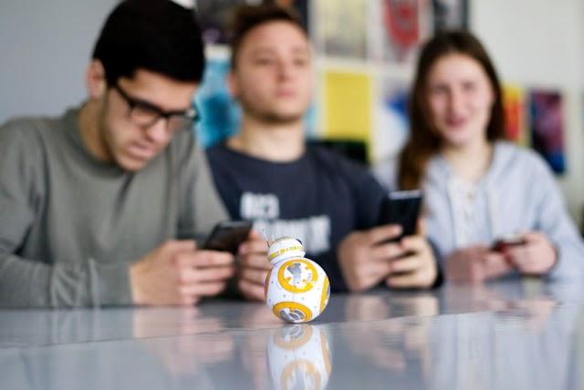 SIMPATIČNI BB- 8 DROID IZ RATOVA ZVIJEZDA POMAGAČ U UČENJU KODIRANJA