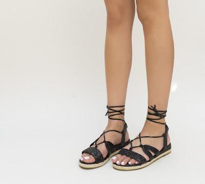 sandale negre cu sclipici si snuru pe picior