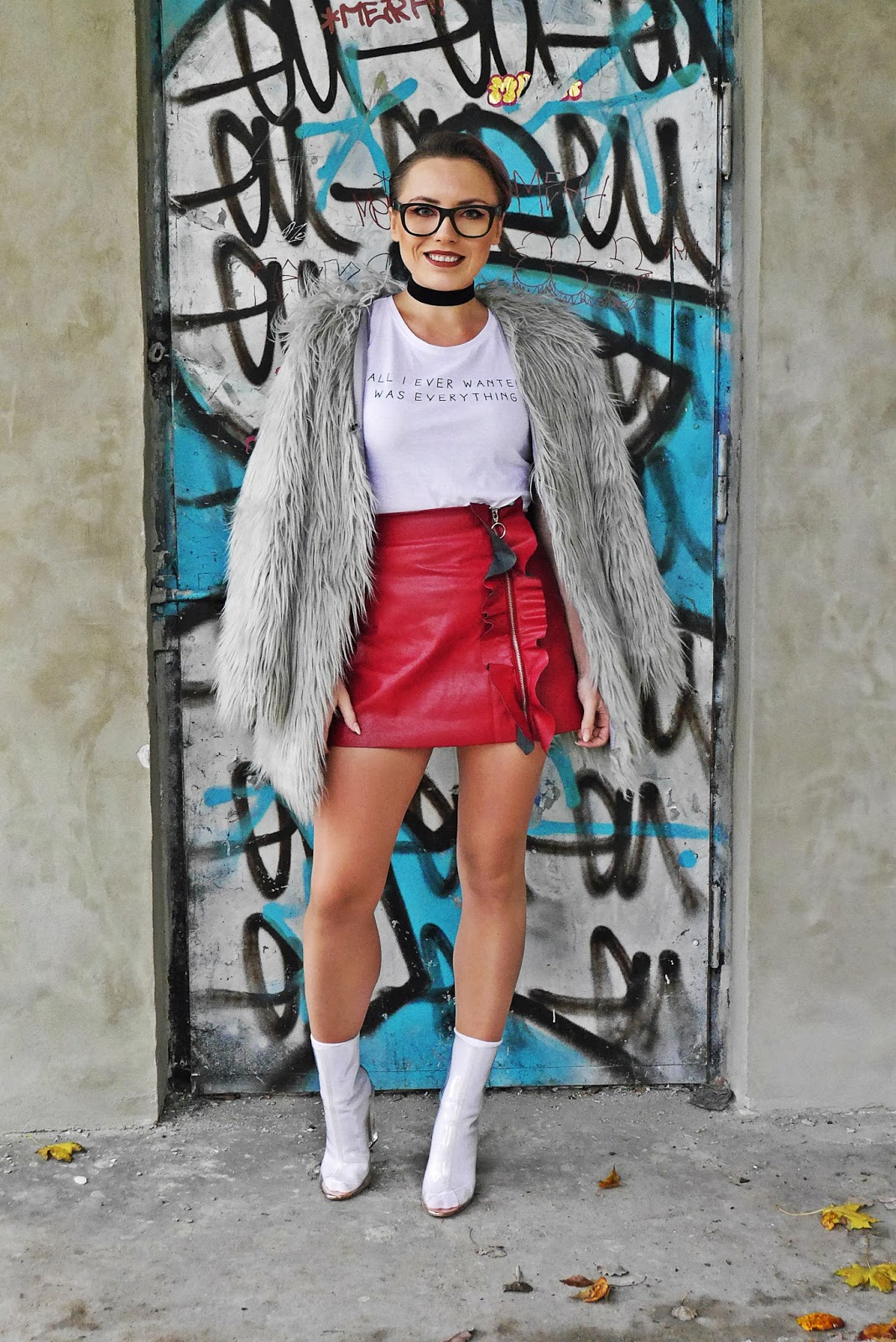 4_gray_fur_jacket_leather_red_skirt_white_top_karyn_blog_modowy_191017