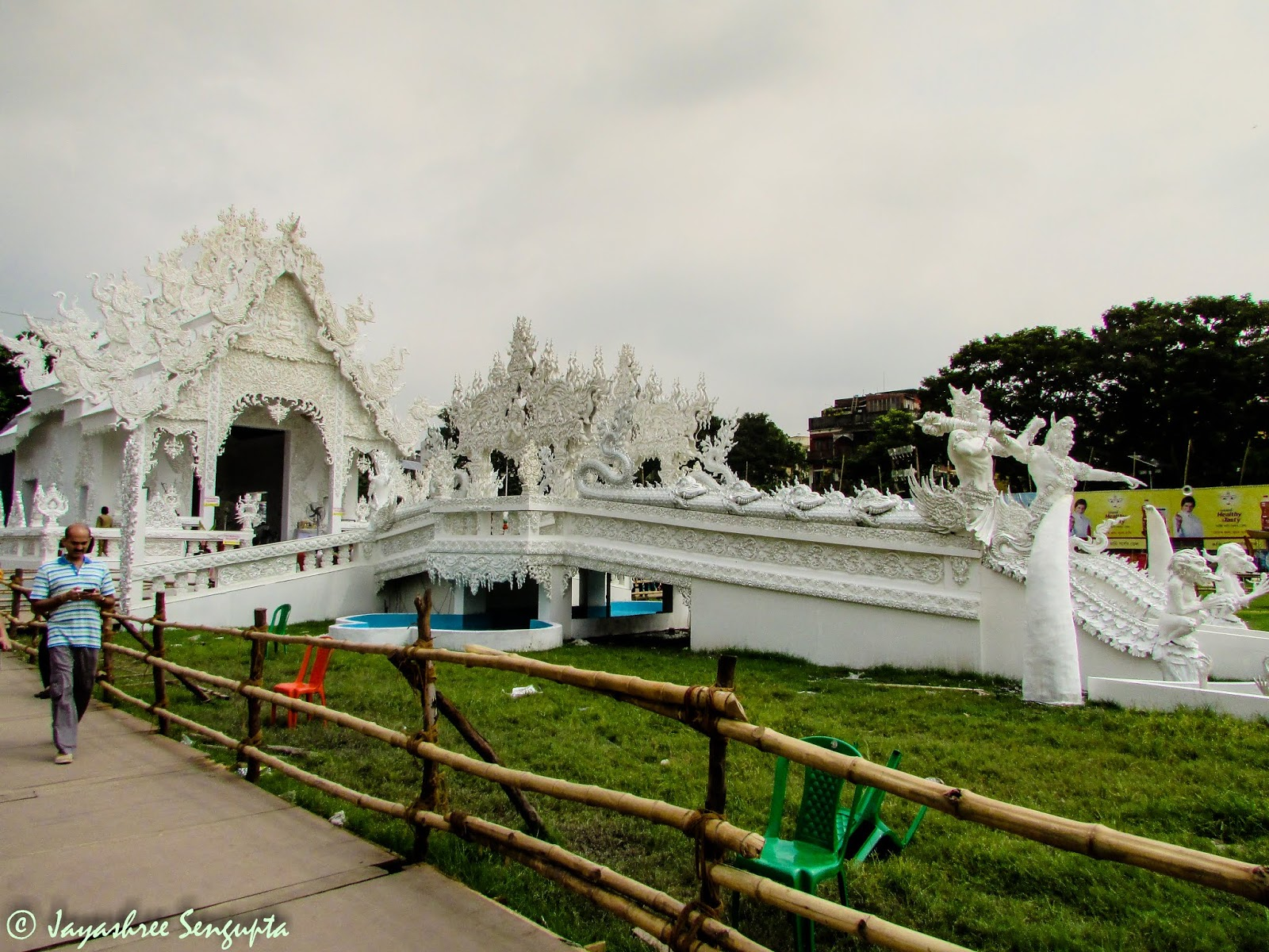 Deshopriyo Park's theme based on the White Temple of Thailand