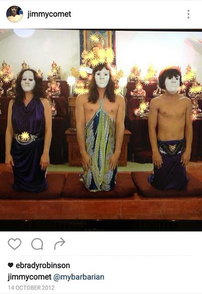 tres hombres con máscaras arrodillados en un ritual