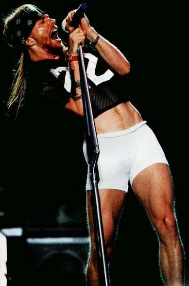 Foto de Axl Rose cantando a su estilo
