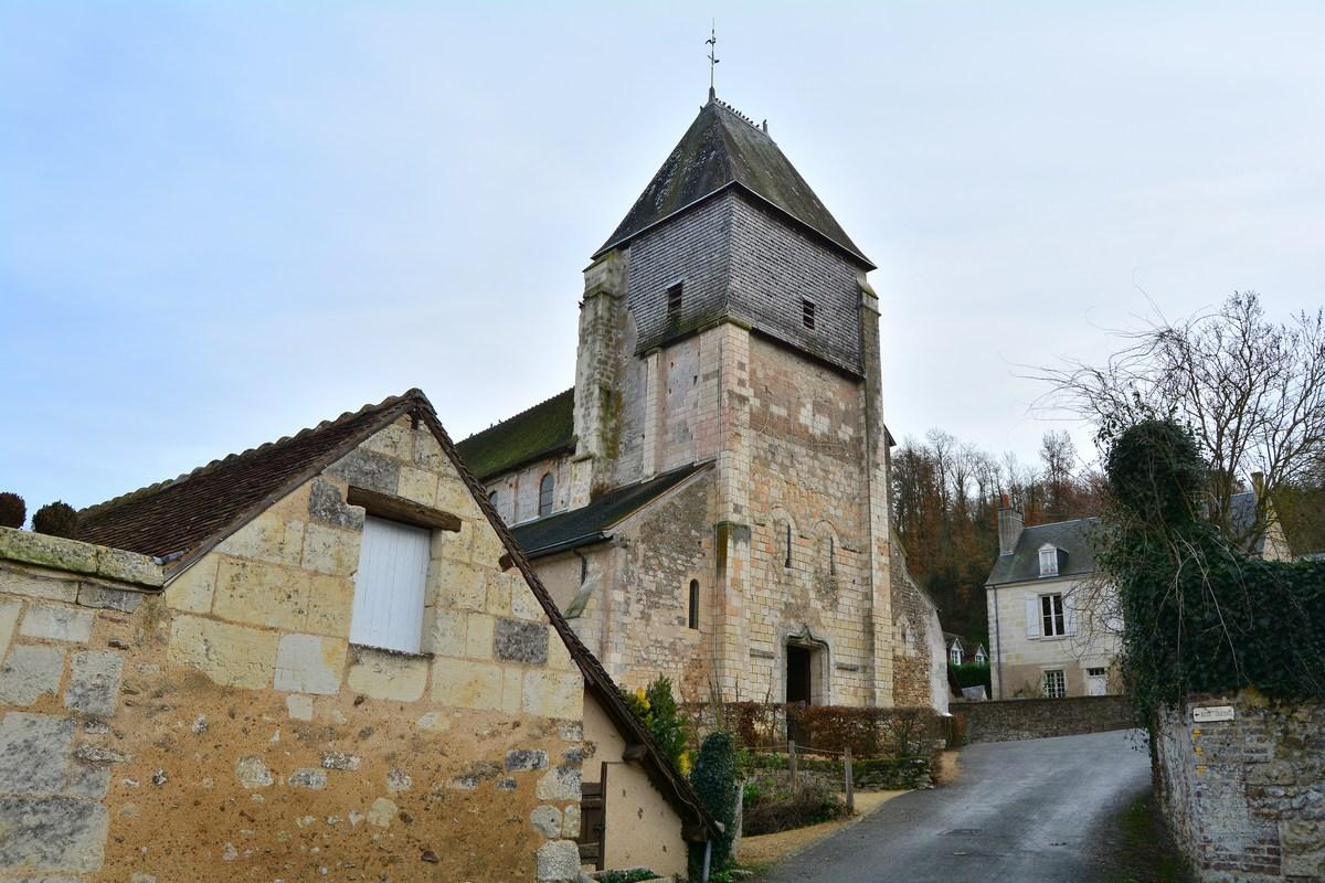 Vue de l'extérieur de l'église. Notez le beau clocher-porche.