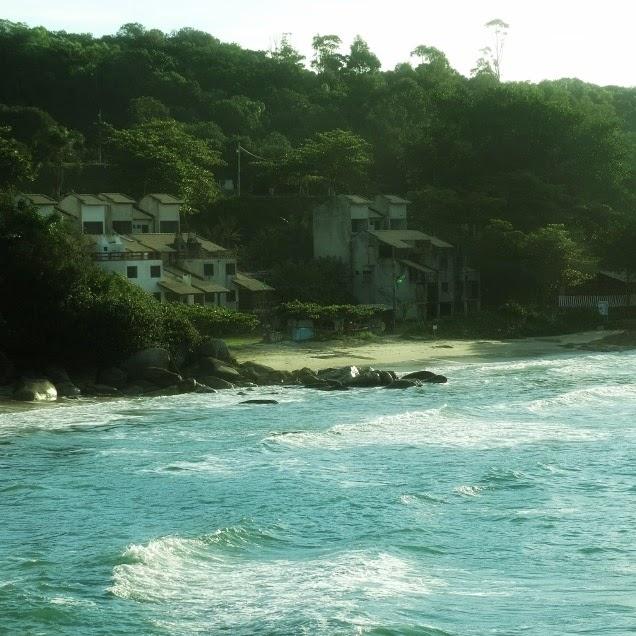Praia do Retiro dos Padres, em Bombinhas, vista da Trilha