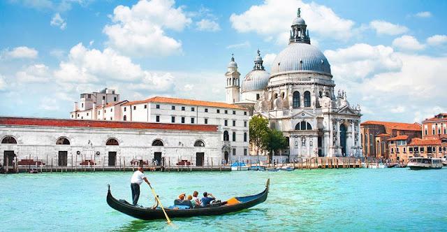 Turistas fazendo passeio de gôndola em Veneza na Itália