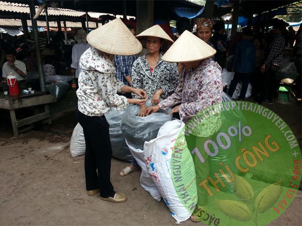 Mua bán trà tại chợ