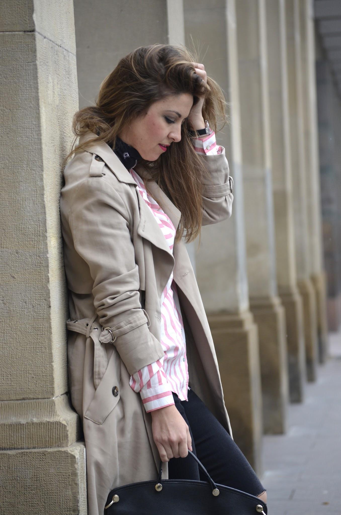 look_con_trench_camisa_rayas_bandana
