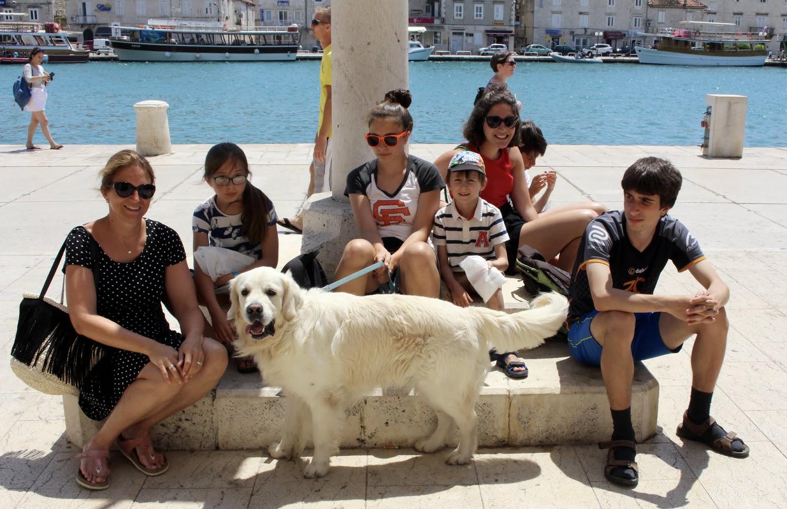 Meine Kinder, Tamino und ich in Trogir am Hafen, Kroatien