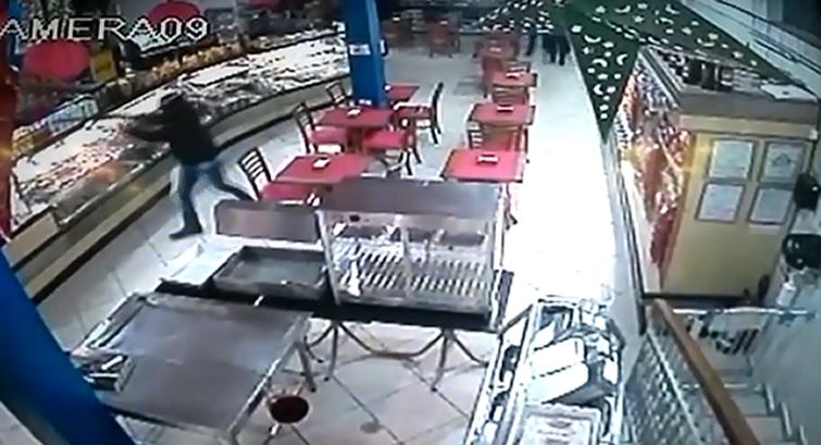 Vídeo mostra ação de bandidos assaltando padaria em Jacutinga (MG)
