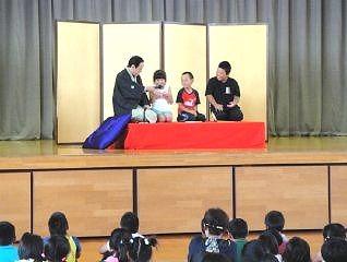 三遊亭楽春の学校寄席の落語体験コーナーの風景です。