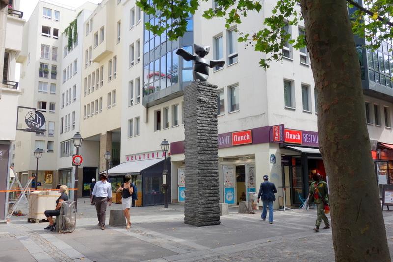 Paris le grand assistant une oeuvre de max ernst rue rambuteau quartier de l 39 horloge - Rue rambuteau paris ...