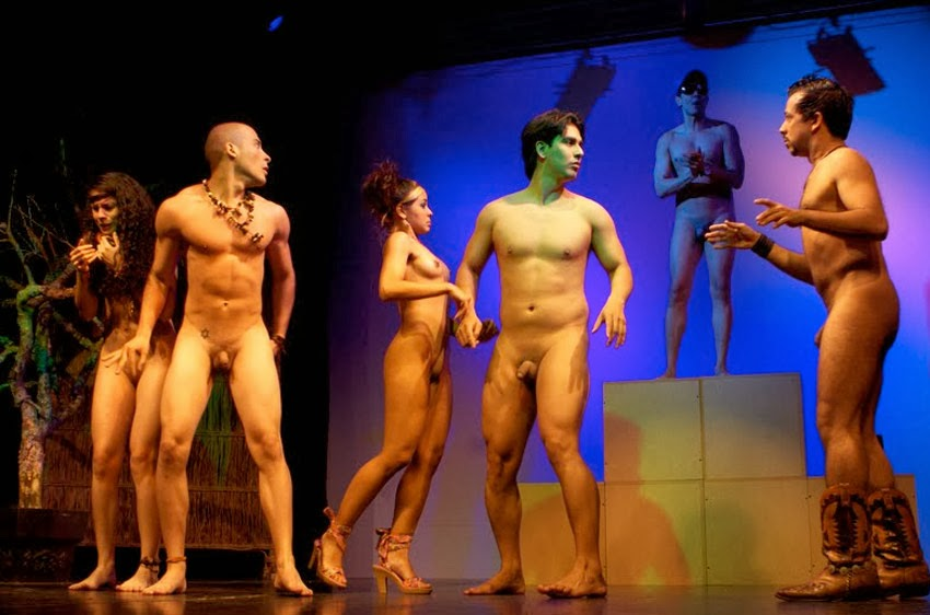 На сцене театра без одежды видео