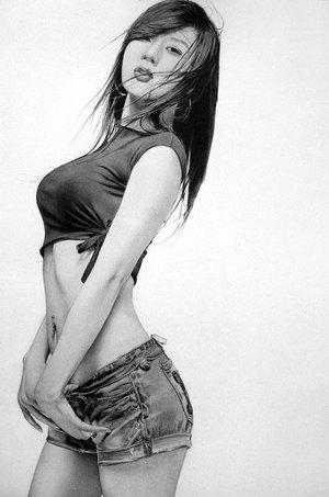 Retrato a lápiz de mujer asiática en shorts y blusa corta
