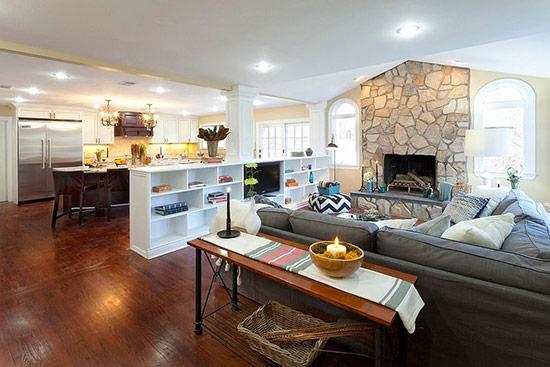 Phân chia phòng khách và phòng bếp bằng một kệ gỗ nhỏ. Trông ngôi nhà thoáng đãng hơn rất nhiều.