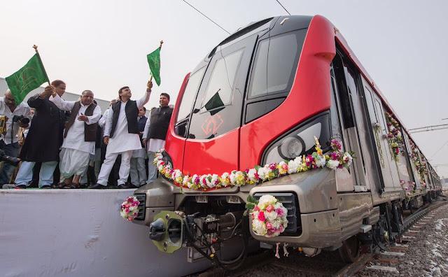 लखनऊ मेट्रो को अखिलेश यादव और मुलायम सिंह ने दिखाई हरी झंडी