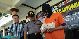 Dukun pengganda uang Kanjeng Giman dari Banyuwangi.