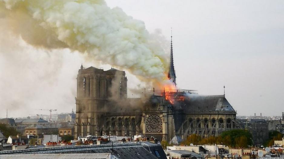 Οι «όμορφοι ναοί» όμορφα καίγονται  τα κοροϊδία να ειναι κάλα - Μακρόν Παναγία των Παρισίων:Όρθια» σε 5 χρόνια!