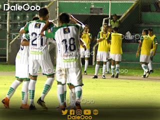 Jugadores de Oriente Petrolero celebran el tercer gol anotado anoche en el Tahuichi ante Royal Pari - DaleOoo