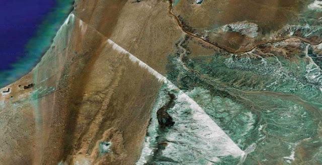 Δείτε την τεράστια κατασκευή που βρίσκεται στην έρημο Σαχάρα και φαίνεται από το διάστημα [εικόνες]