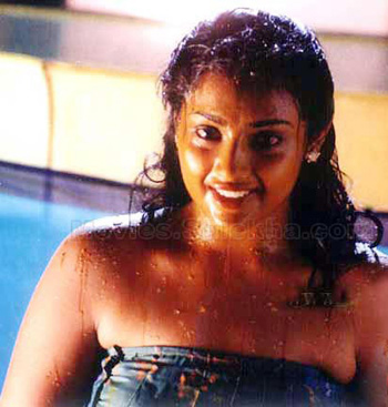 Actress navya nair navel show captured in pen cam by driver - 2 10
