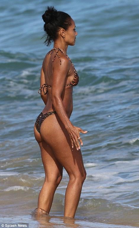 Jada pinkett Smith shows off incredible bikini body in Hawaii
