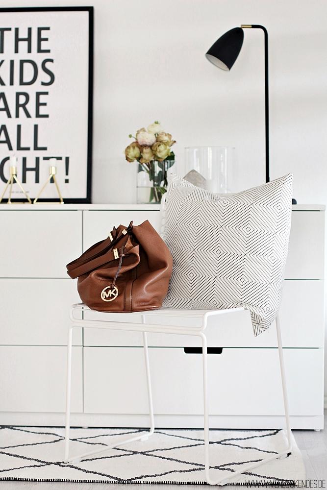 verlockendes licht ist sch n unser eingangsbereich. Black Bedroom Furniture Sets. Home Design Ideas