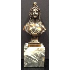 Une Marianne aux symboles maçonniques